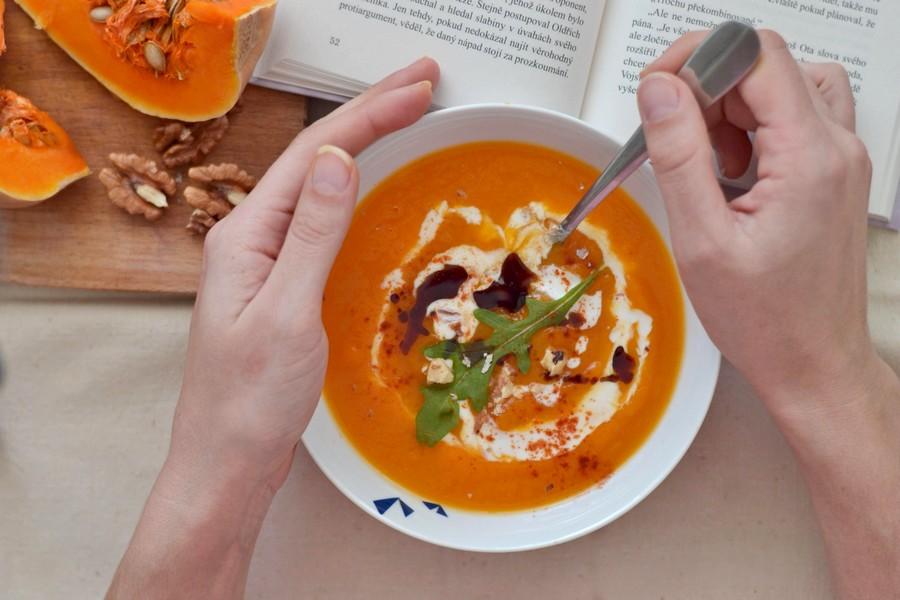 Pikantní dýňovo-batátová polévka s probiotickým přelivem WUGI recept